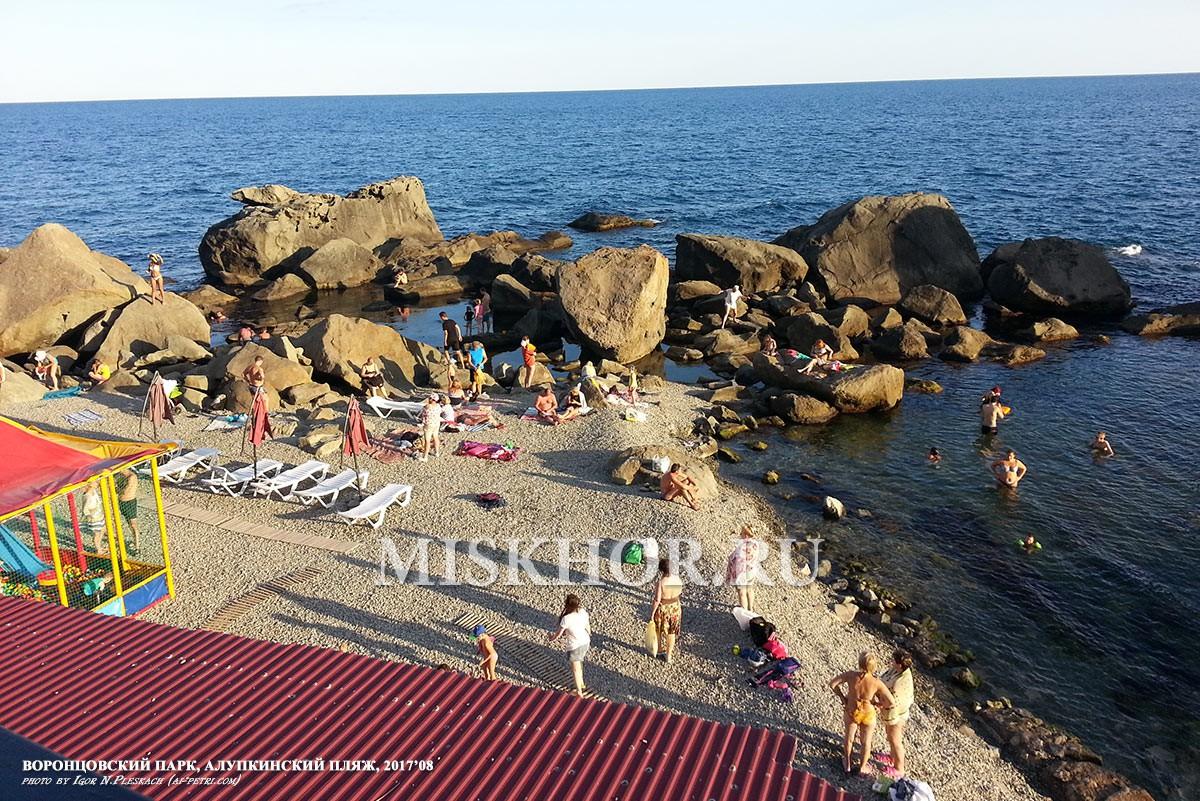 Алупкинский бесплатный пляж в нижнем парке