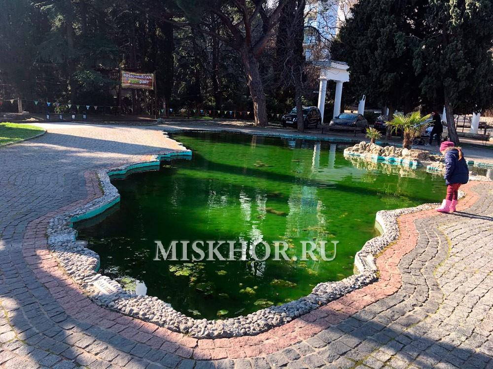 Пруд в виде Черного моря в Приморском парке г.Ялты